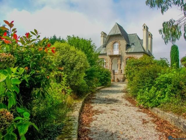 Дом в стиле арт-деко на розовом гранитном побережье