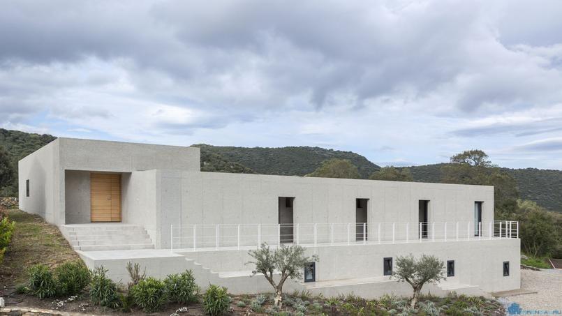 Оригинальная бетонная вилла в Олетто