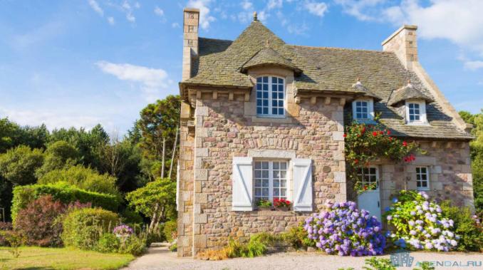 Если вы продаете недвижимость во Франции с помощью риелтора, вас попросят подписать так называемый mandate. Вот важные аспекты, которые надо знать, прежде чем подписывать документ.